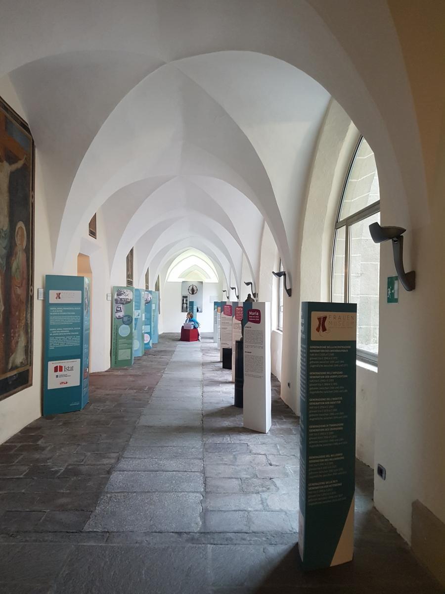 Ausstellung im Kreuzgang: 'Maria, Anna, Francesca, Giulia... und die anderen - 90 Jahre Geschichte Italiens'